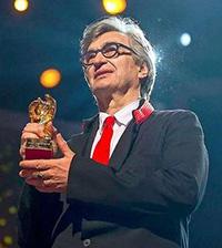ベルリン国際映画祭で栄誉金熊賞を受賞するヴェンダース